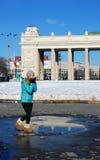 Gelukkige jonge vrouw in openlucht Stock Foto's