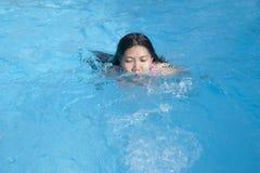 Gelukkige jonge vrouw in pool Stock Foto's