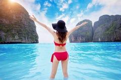 Gelukkige jonge vrouw in rode bikini stock fotografie