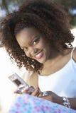 Gelukkige Jonge Vrouw Texting royalty-vrije stock foto's