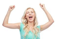 Gelukkige jonge vrouw of tienermeisje het vieren overwinning Stock Foto's