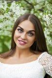 Gelukkige jonge vrouw in witte kleding tegen de achtergrondlente F royalty-vrije stock foto's