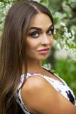 Gelukkige jonge vrouw in witte kleding tegen de achtergrondlente F stock afbeeldingen