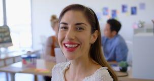 Gelukkige jonge vrouwelijke stafmedewerker in modern bureau 4k stock footage