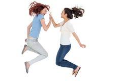 Gelukkige jonge vrouwelijke vrienden die slaand spel spelen Royalty-vrije Stock Foto