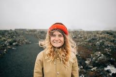 Gelukkige jonge vrouwenglimlachen aan camera in wind stock foto's