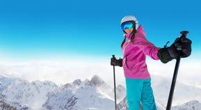 Gelukkige jonge vrouwenskiër die van zonnig weer in Alpen genieten Royalty-vrije Stock Fotografie