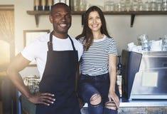 Gelukkige jonge werknemers in restaurant stock fotografie