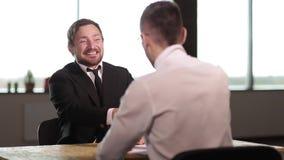 Gelukkige jonge zakenman het schudden handen stock footage