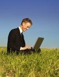 Gelukkige jonge zakenman workin stock fotografie