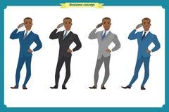 Gelukkige jonge zwarte Amerikaanse zakenman in kostuum die zich met telefoon bevinden royalty-vrije illustratie