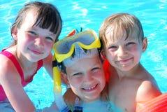 Gelukkige jonge zwemmers stock afbeelding
