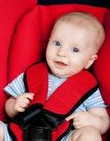 Gelukkige jongen in autozetel Stock Afbeelding