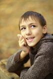 Gelukkige jongen in de herfstpark Royalty-vrije Stock Foto