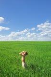 Gelukkige jongen die aan de zon op groen gebied kijkt stock fotografie