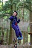 Gelukkige jongen die in avonturenpark beklimmen Royalty-vrije Stock Foto's