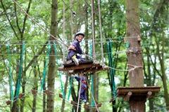 Gelukkige jongen die in avonturenpark beklimmen Royalty-vrije Stock Afbeelding