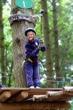 Gelukkige jongen die in avonturenpark beklimmen Royalty-vrije Stock Fotografie