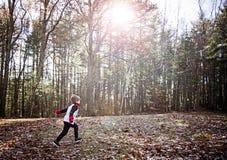Gelukkige jongen die buiten loopt Royalty-vrije Stock Fotografie