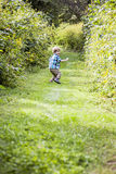 Gelukkige jongen die buiten speelt Stock Foto's