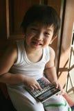 Gelukkige jongen die calculator gebruikt Royalty-vrije Stock Foto's