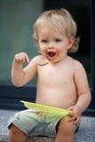 Gelukkige jongen die chocoladecake eten royalty-vrije stock afbeeldingen