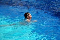 Gelukkige jongen die in de pool zwemt Stock Foto