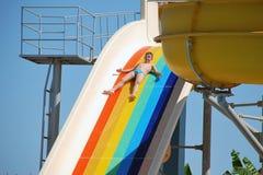 Gelukkige jongen die in de pool zwemt Royalty-vrije Stock Afbeeldingen