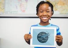 Gelukkige jongen die een tablet met reispictogram houden op de het schermgreep Stock Fotografie