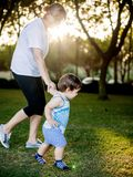 Gelukkige jongen die grappige gezichten en uitdrukkingen maken terwijl het lopen met zijn grootmoeder Stock Fotografie