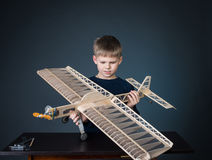 Gelukkige jongen die het modelvliegtuig houden Stock Afbeeldingen