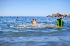 Gelukkige jongen die in het overzees zwemmen Royalty-vrije Stock Afbeelding