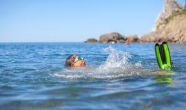 Gelukkige jongen die in het overzees zwemmen Stock Afbeeldingen