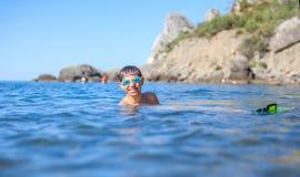 Gelukkige jongen die in het overzees zwemmen Stock Afbeelding