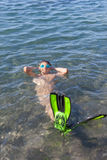 Gelukkige jongen die in het overzees zwemmen Stock Fotografie