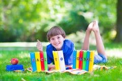 Gelukkige jongen die naar school terugkeren Stock Afbeelding