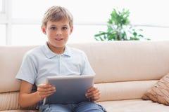 Gelukkige jongen die tabletcomputer met behulp van Stock Fotografie