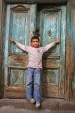 Gelukkige jongen die zijn wapens opent Stock Foto's