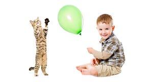 Gelukkige jongen en speels katje stock afbeelding