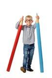 Gelukkige jongen in glazen en bowtie het stellen met een reusachtig potlood Onderwijs concept Geïsoleerd over wit stock foto's