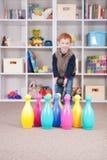 Gelukkige jongen het spelen jonge geitjes die spel werpen Royalty-vrije Stock Foto