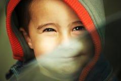Gelukkige jongen in kap Stock Afbeelding