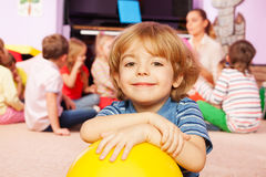 Gelukkige jongen met bal erachter het glimlachen en vrienden Stock Foto's