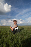 Gelukkige jongen met bal in openlucht stock fotografie