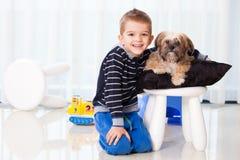 Gelukkige jongen met hond Stock Afbeeldingen