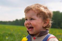 Gelukkige jongen met paardebloem stock afbeeldingen