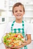 Gelukkige jongen met verse salade - gezonde voeding royalty-vrije stock afbeelding