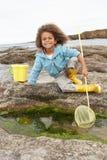 Gelukkige jongen met visserijnet stock afbeelding