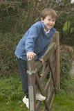 Gelukkige jongen op een poort Stock Afbeeldingen