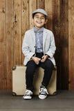 Gelukkige jongen op koffer Royalty-vrije Stock Foto's